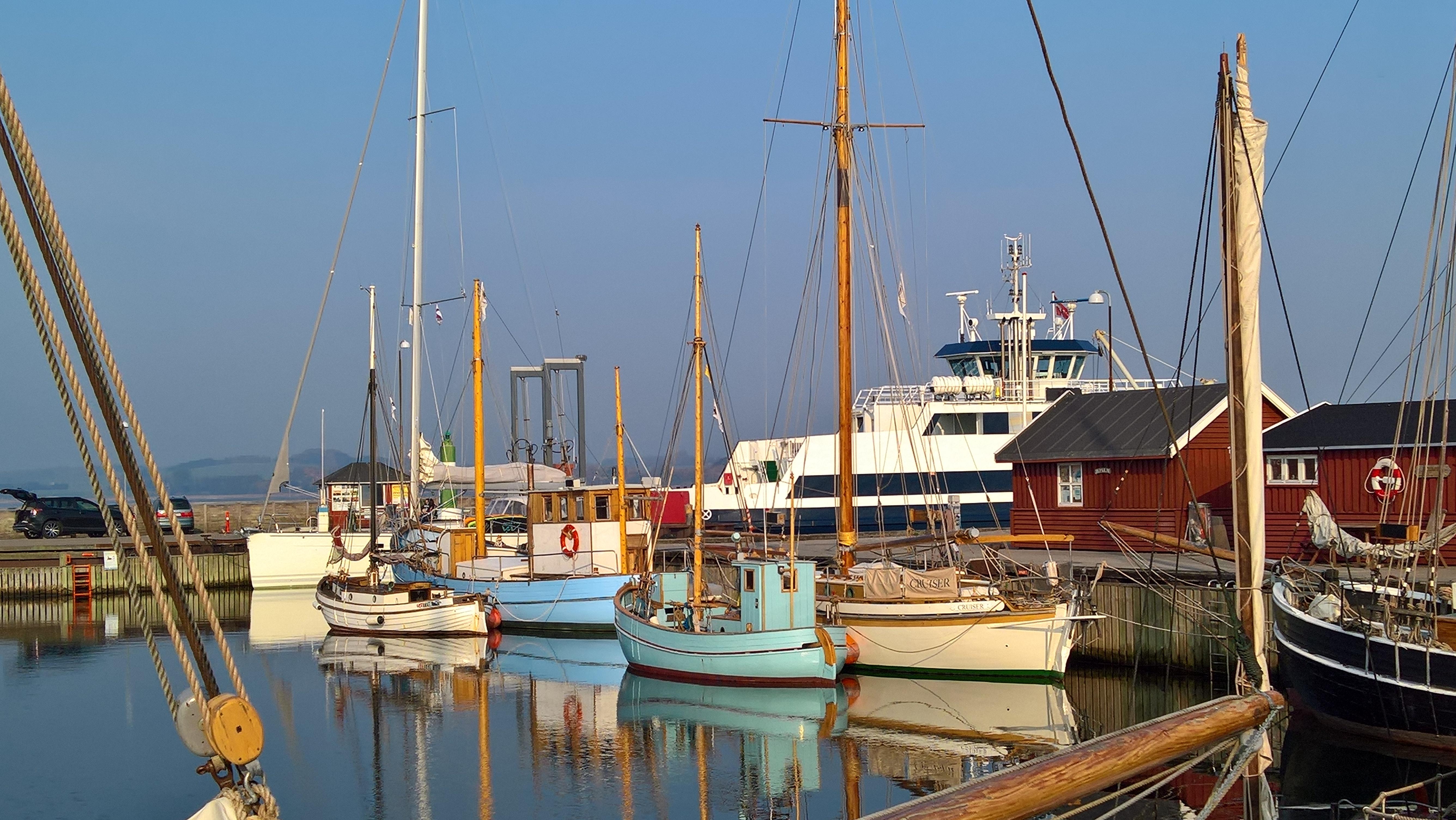Holbæk havn i den lune oktober sol